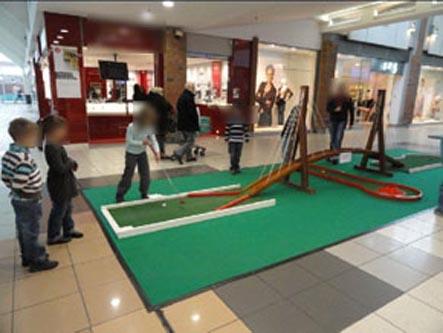 location de mini-golf avec le pont suspendu dans un centre commercial